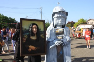 「関所・坂本宿コースで仮装賞を獲得したモナリザの絵画と巨大観音様」の画像