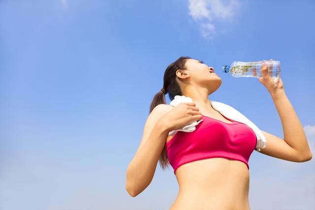 「レース中の効果的な「水分補給」のために、ランナーが飲むべきものとは」の画像