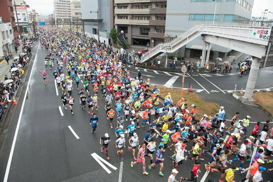 「給水所では地元・岡山銘菓がお出迎え! おかやまマラソン2016」の画像