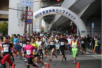 「高校球児の〝聖地〟でスタート! 2016ユニセフカップ西宮国際ハーフマラソン」の画像