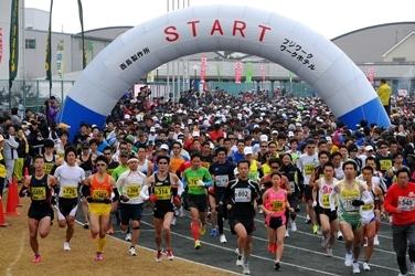 「新春の「走り初め」として8,000人のランナーが集結! 第25回高槻シティハーフマラソン」の画像