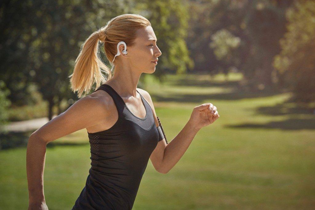 「デノンからフィット感・耐久性・音質に優れたワイヤレス・スポーツヘッドホンが発売!」の画像