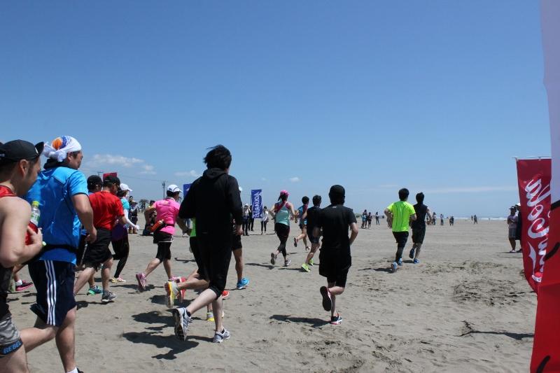 「水と行動食を背負って走る!自給自足の「第8回浜マラソンin 山武・九十九里」開催」の画像