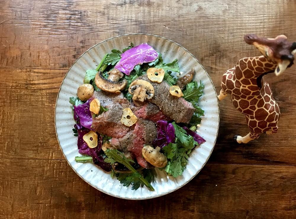 「管理栄養士が考えるランナーメシ!ウエイトダウンを期待!【牛ステーキと春菊のサラダ】」の画像