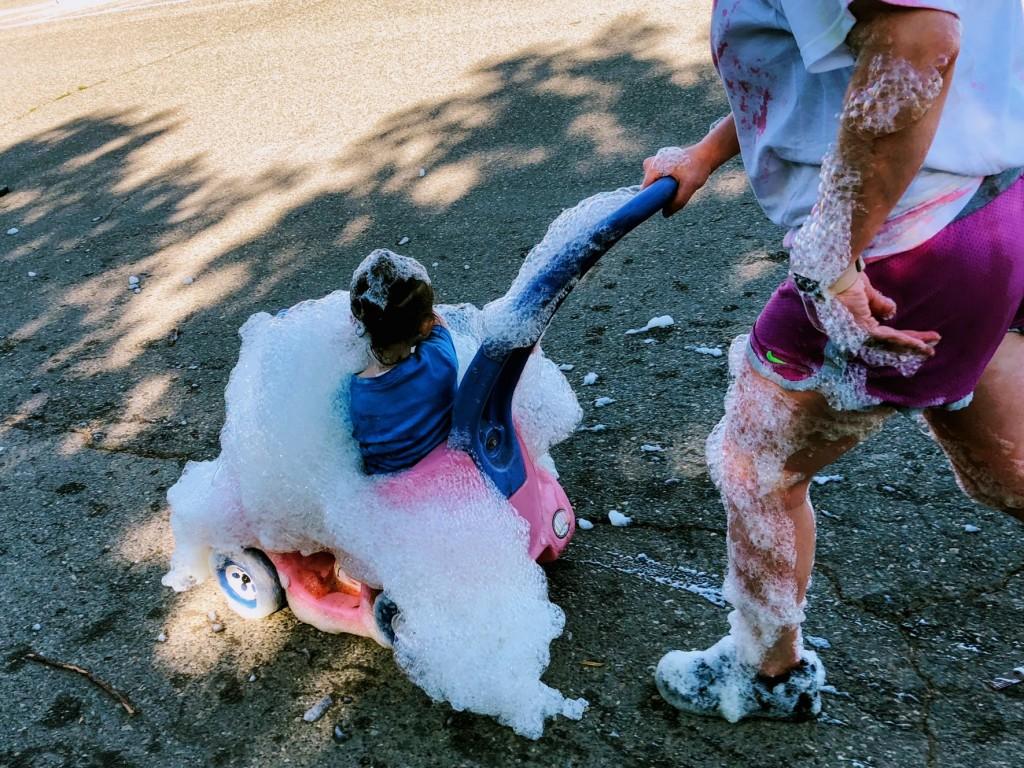 「やり過ぎ? 身長よりも高い泡の中を駆け抜ける驚愕バブルラン」の画像