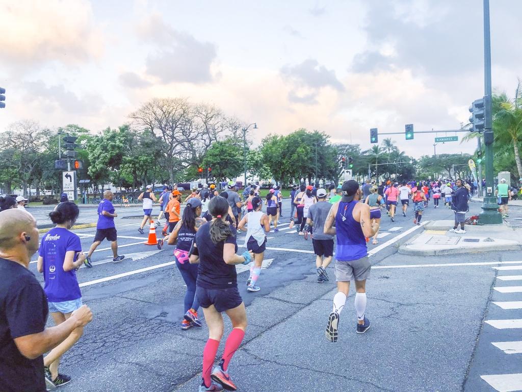 「ホノルルマラソンとは違う魅力。ハーフマラソンの「ハパルア」に参加」の画像