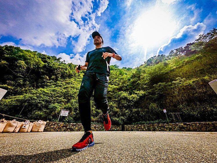 「国内レースは未経験も42.2kmを100日連続で走った上山光広さん」の画像