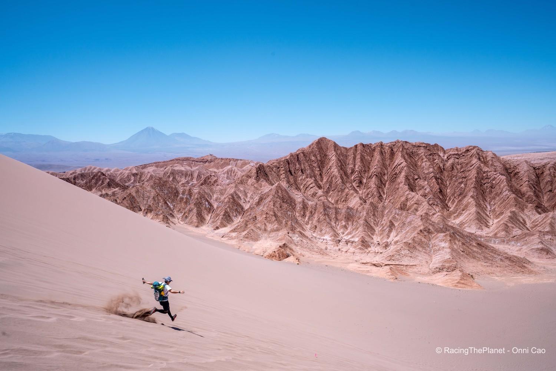 「砂漠レースに挑むモデル・ヤハラリカさん「怖い夜に頼もしい音楽の存在」」の画像