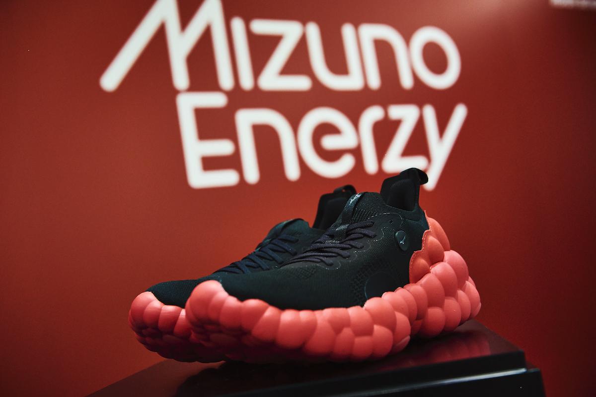 「ミズノから新素材「MIZUNO ENERZY」搭載のランニングシューズ「WAVE DUEL NEO」が登場!」の画像